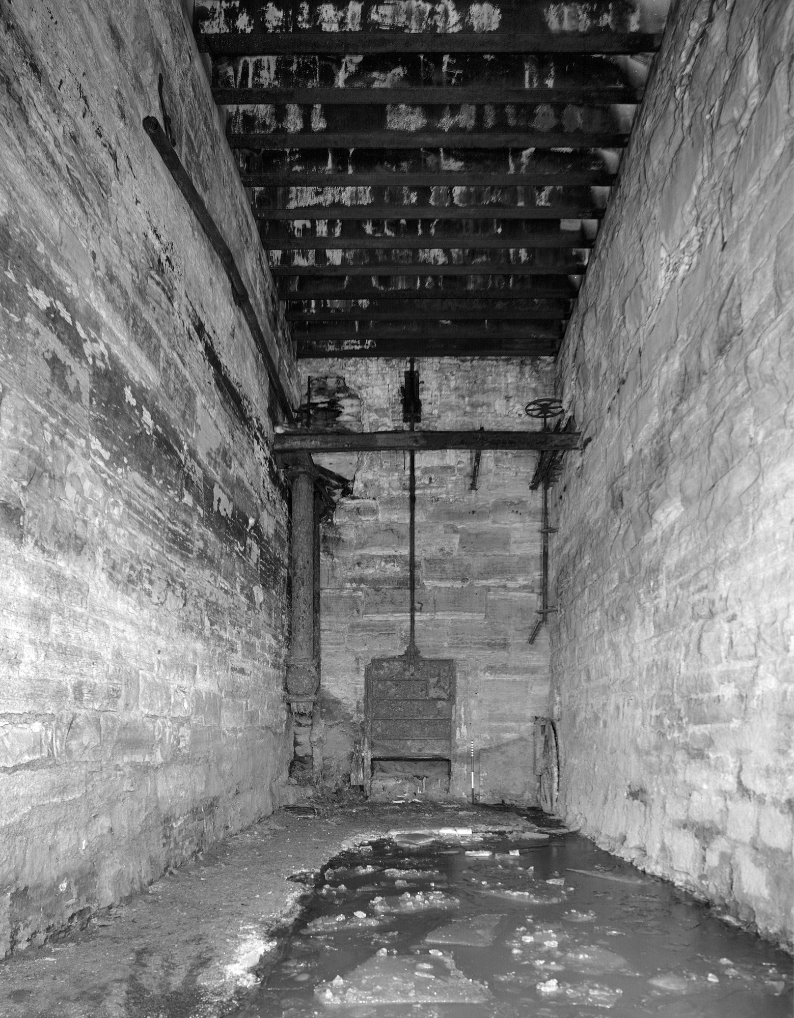 Headrace tunnel terminus behind trash rack - HABS MN-29-5-A-27 (Please credit Daniel R. Pratt and the Historic American Buildings Survey)